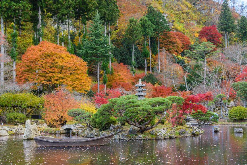 小屋館跡庭園 池と紅葉の風景