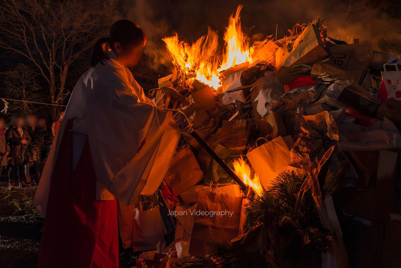 青麻神社のどんと祭 火を放つ巫女さん
